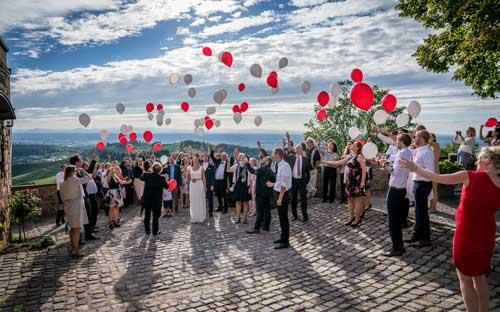 Unterhaltung Hochzeitsgäste in Freiburg während Fotoshooting