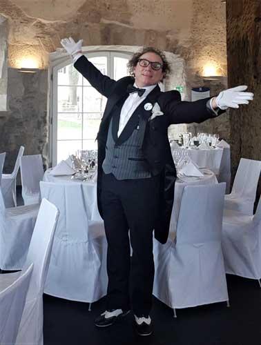 Zauberer sorgt für Unterhaltung bei Hochzeit in Kempten.